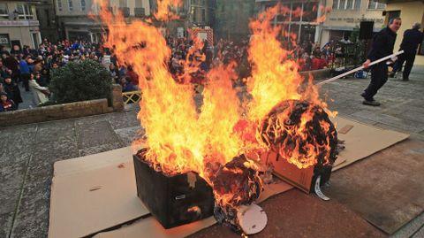 Os bonecos arderon na praza de España de Monforte despois do reparto de galardóns do certame municipal