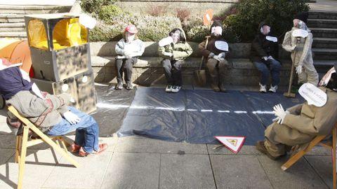 Un grupo de compadres na praza de España de Monforte parodiu as obras de asfaltado impulsadas polo goberno municipal