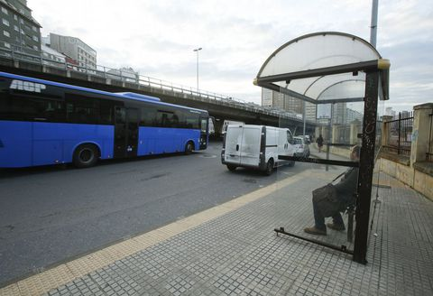 Furgoneta aparcada en la parada de la avenida del Ejército, que imposibilita que el bus se acerque correctamente