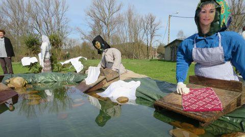 As comadres de Distriz recrearon o labor das lavandeiras nunha composición que incluíu ata un tramo de río con verdadeira auga