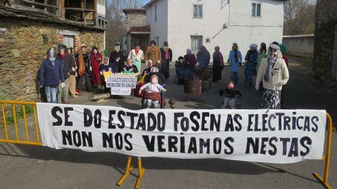 As comadres do barrio de Rioseco protestaron contra os apagóns rexistrados nos últimos temporais