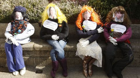 Un grupo de comadres na praza de España de Monforte