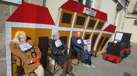 Un grupo de comadres instalado na rúa Cardenal festexou ironicamente a chegada da alta velocidade ferroviaria a Monforte