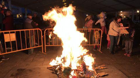 O lume consumiu os bonecos elaborados o mércores polos nenos na biblioteca pública de Escairón