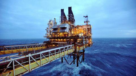 Una plataforma de petróleo a cien kilómetros de la costa