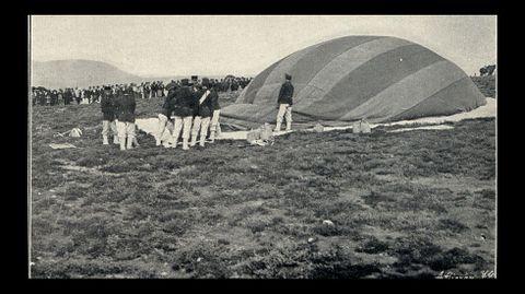 Ingenieros militares inflando el globo cautivo que se utilizó para realizar observaciones aéreas durante las maniobras