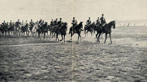 El rey Alfonso XIII a caballo, encabezando el cuartel general