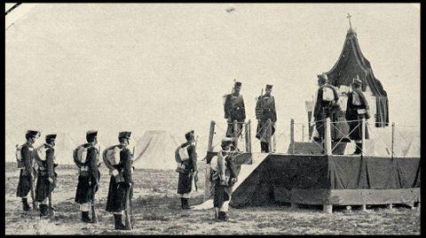 Una misa de campaña oficiada en el campamento durante las maniobras