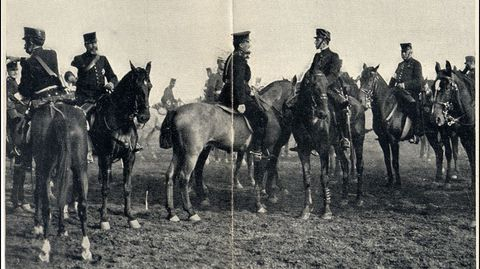 Alfonso XIII comenta las maniobras con los agregados militares extranjeros. El monarca es uno de los dos jinetes situado en el centro de la imagen (el que está a la derecha)