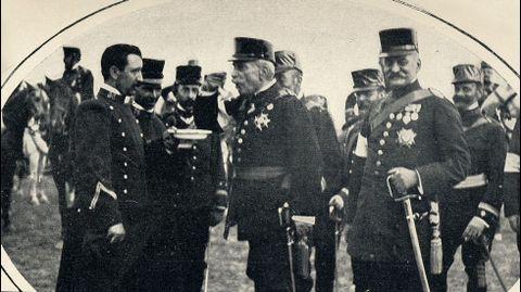 El ministro de la Guerra (en el centro, de perfil) prueba el rancho servido a las tropas que tomaron parte en la maniobras