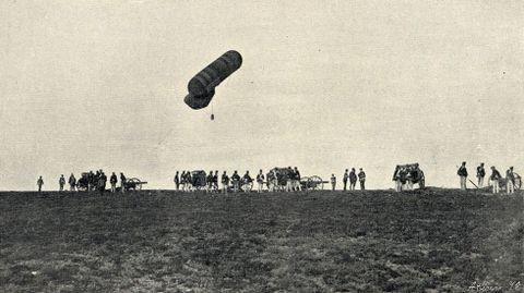 Elevación de un globo cautivo que se utilizó para reconocer desde el aire la zona de maniobras