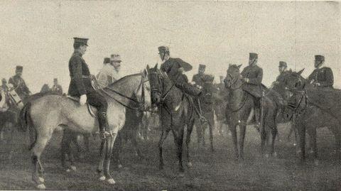 Alfonso XIII -en el centro- departe con agregados militares extranjeros