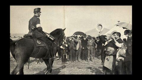 El rey Alfoso XIII es vitoreado al llegar al campo donde se desarrollaron las maniobras militares