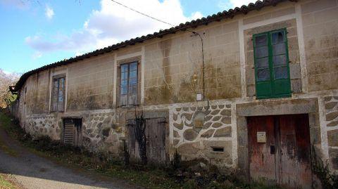 Fachada parcialmente decorada en A Fervenza, en la parroquia soberina de Anllo San Martiño