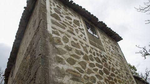 Diseños realizados con cal en una casa de Paradela, en la parroquia soberina de Santiorxo