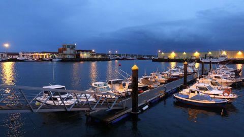 Vista nocturna de parte do porto de Burela, nunha imaxe de arquivo