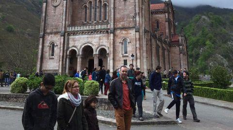 Los turistas llenan Covadonga.Los turistas, en Covadonga