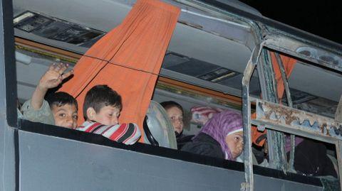 El autobús atacado era uno conmo éste, evacuados de la zona de Alepo que abandonaron Siria