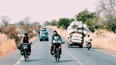 Nicolás Merino en Senegal con otro cicloturista español.Nicolás Merino en Senegal con otro cicloturista español