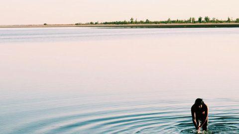 Baño en un salar en Senegal al atardecer.Baño en un salar en Senegal al atardecer