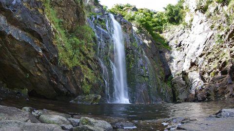 Fervenza del Río Toxa, en Silleda. Es una de las más conocidas e impresionantes de nuestra comunidad, con una caída vertical de más de 30 metros que esculpe la piedra en mil formas.