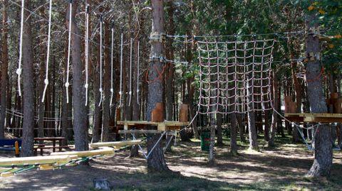Parque Multiaventura Oca Nova Manzaneda (Cabeza de Manzaneda). Se encuentra dentro de la propia estación de esquí y contiene un amplio abanico de atracciones al aire libre como una tirolina gigante, estructuras de escalada y más actividades con arnés