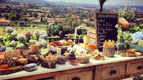 Una mesa con varios quesos asturianos.Una mesa con varios quesos asturianos