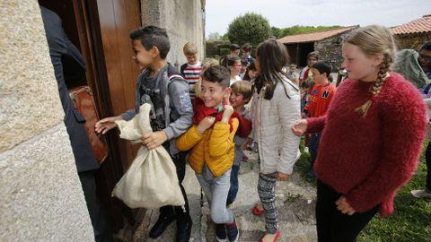 Alumnos de Mazaricos participan nunha visita teatralizada ás Torres do Allo cos Quinquilláns