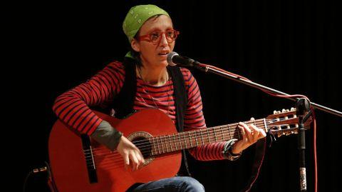 Mamá Cabra actuó para los alumnos para los alumnos del colegio de Baio