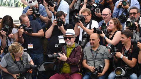 Pedro Almodóvar posa entre los fotógrafos
