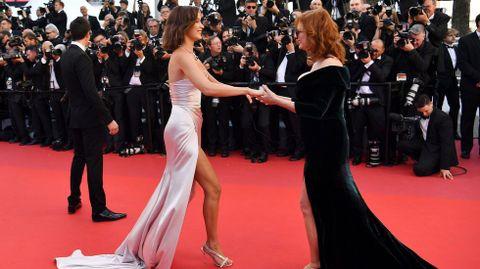 La actriz Susan Sarandon saluda a la modelo Bella Hadid