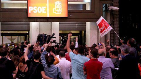 Simpatizantes de Pedro Sánchez celebran la victoria en la sede de Ferraz