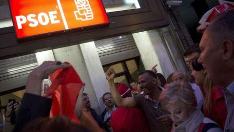 Simpatizantes de Pedro Sánchez celebran los resultados ante la sede de Ferraz