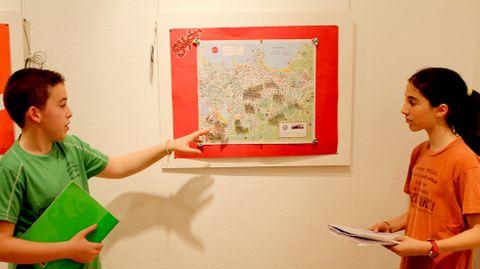 Un alumno y una alumna de 1º de la ESO del RIES Jovellanos muestran su ruta poética por Gijón