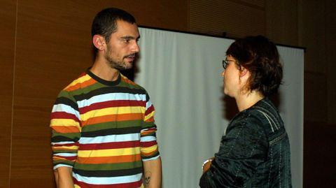 David Delfín participa en unamesa redonda en el 2004 en Pontevedra.