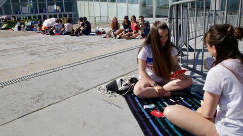 Jóvenes haciendo cola en el COLISEUM para el concierto de Melendi