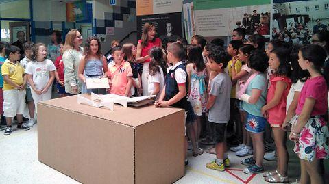 La reina Letizia con los alumnos que participaron en el ciclo Toma la palabra, en el colegio El Quirinal, de Avilés.La reina Letizia con los alumnos que participaron en el ciclo Toma la palabra, en el colegio El Quirinal, de Avilés