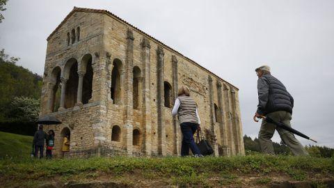 Paseantes en Santa María del Naranco, en una imagen de archivo