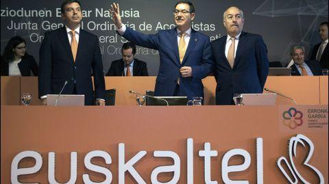 Euskaltel ha celebrado hoy su Junta General de Accionistas, presidida por Alberto García Erauskin (c), acompañado de Francisco Arteche (i), consejero delegado; Francisco Javier Allende (d), secretario general y el resto de consejeros.