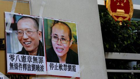 Un cartel del Nobel chino Liu Xiaobo y su esposa, Liu Xia