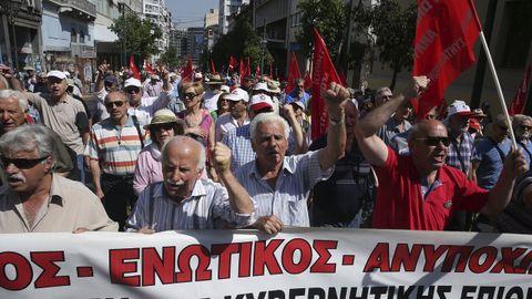 Pensionistas griegos durante una manifestación contra los recortes de sus ingresos y sus seguros médicos