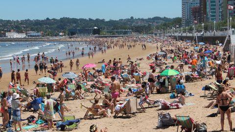 La playa de San Lorenzo de Gijón, a primera hora de la tarde