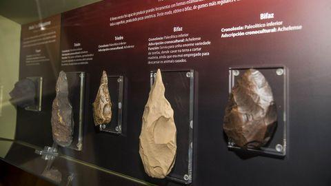 Modelos de herramientas del Paleolítico en la sección dedicada a las antiguas poblaciones humanas