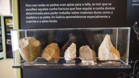 Artefactos paleolíticos tallados con diferentes tipos de minerales