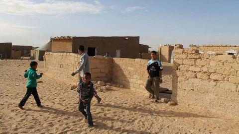 Lehbib, con la camiseta celeste en el Sáhara gracias a Siareiros Dezaos