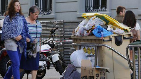 Contenedores sin recoger en la Ciudad Vieja de A Coruña