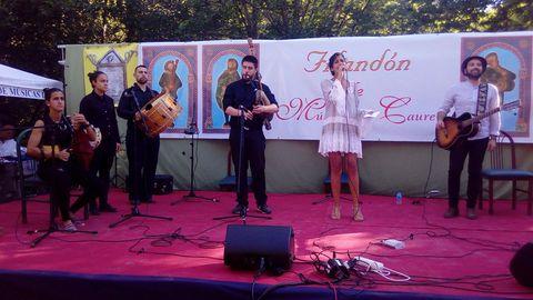 Lucía Pérez, cantante de O Incio, actuó con músicos de la Real Banda de Gaitas de Ourense