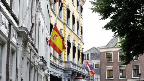 La bandera de España ondea a media asta en la embajada de España en La Haya, Holanda
