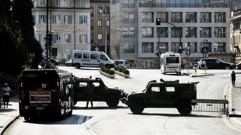 Vista de una carretera cerrada en los alrededores del Coliseo con motivo del atentado perpetrado este jueves en las Ramblas de Barcelona, en Roma