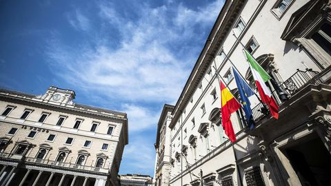 Las banderas de España, la Unión Europea e Italia ondean a media asta en la entrada del Palacio Chigi en Roma